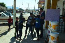 Goran u društvu razigranih dječaka u Al-Quwayrahu (foto Joso Gracin)