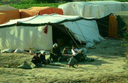 Ljudi ispred šatora u izbjegličkom kampu (foto Joso Gracin)