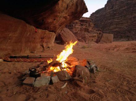 Logorska vatra duboko u pustinji (foto Nina Živković)