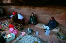 Sultan, Anđela i Awdah u pustinjskom bivku ispod prevjesne stijene (foto Joso Gracin)