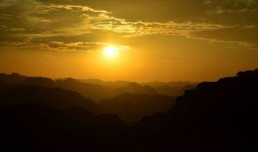Zlatilo predvečernjeg sunca nad pustinjom Wadi Rum (foto Joso Gracin)