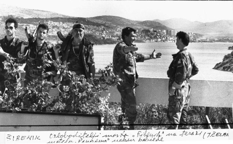 OSLOBODITELJI ŠIBENSKOG MOSTA NA TERASI MOTELA PANORAMA NAKON POBJEDE FOTO:JOSKO CELAR  1991.