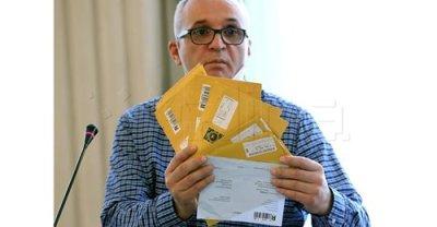 Hrvoje Zovko, predsjednik HND-a, s kovertama u kojim a su tužbe i presude protiv novinara i medija (Foto Facebook HND/HINA)