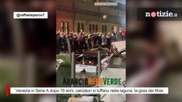 Venezia in Serie A dopo 19 anni, calciatori si tuffano nella laguna: la gioia dei tifosi
