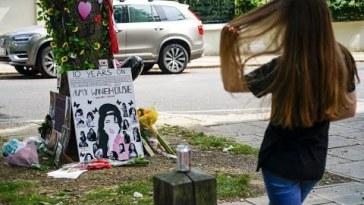 Dieci anni senza Amy Winehouse: fan in pellegrinaggio alla statua della diva