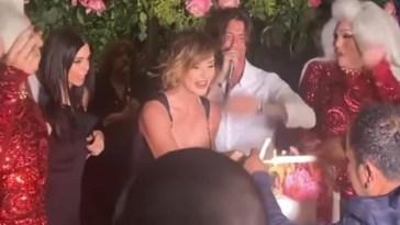 Francesco Oppini canta per mamma Alba Parietti per il suo compleanno
