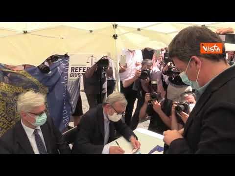 Matteo Renzi firma per i sei referendum sostenuti da Lega e Partito Radicale