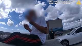 La polizia di New York è intervenuta per aiutare un uomo in difficoltà seduto sul bordo de…