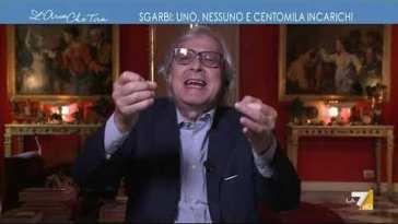 """Vittorio Sgarbi e la fascia tricolore: """"La fascia del sindaco è di pancia, un mondo di idioti …"""