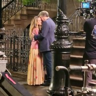 """And Just Like That"": Sarah Jessica Parker bacia Jon Tenney"