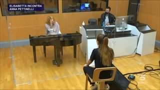 In vista della sfida Elisabetta incontra la sua prof Anna Pettinelli #Amici di Maria De Filippi