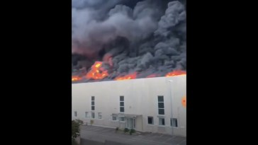 Incendio in un deposito di plastica ad Airola, nube tossica fino a Napoli