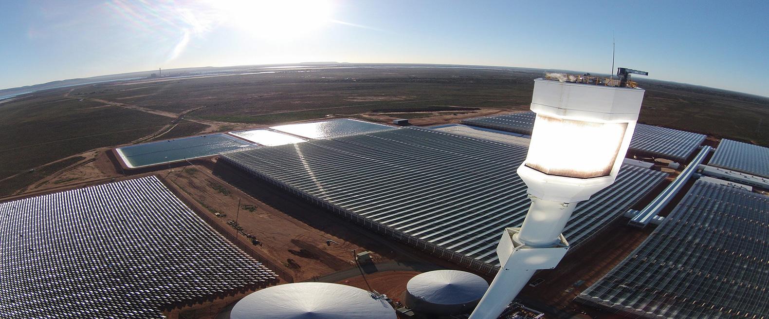 Các tấm gương phản chiếu ánh sáng đến một tháp tiếp nhận để tạo ra điện (ảnh: Sundrop Farms Facebook)