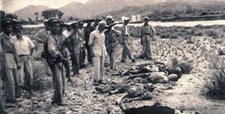 """Quân lính ĐCSTQ hành quyết """"địa chủ"""" và """"phần tử phản cách mạng"""" tại Phụ Khang – Tân Cương năm 1953 (National Archives)"""