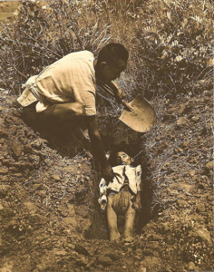 Nhiều triệu người Trung Quốc đã chết bất thường trong thảm họa mất mùa vào cuối thập niên 50 – đầu 60 thế kỷ 20. Trong hình là cảnh người cha chôn người con bị chết đói.