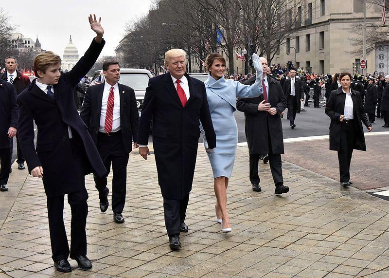 Tổng thống Trump được các mật vụ bao quanh trong lễ diễu hành nhậm chức (ảnh: Barry Bahler(