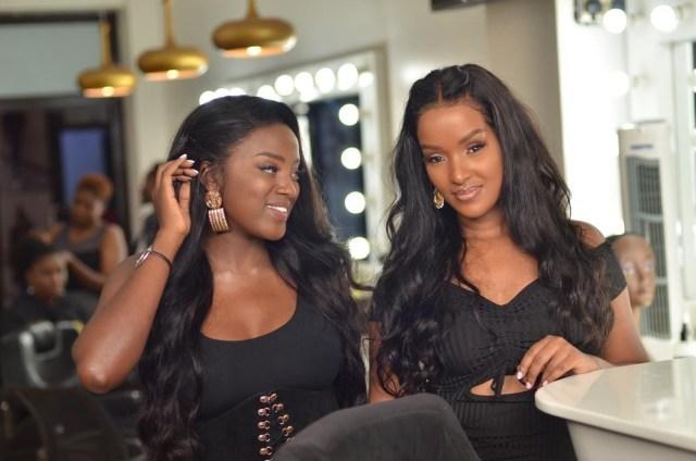 Gisèla van Houcke en compagnie d'une autre femme satisfaite par les services Zuri Luxury hair.
