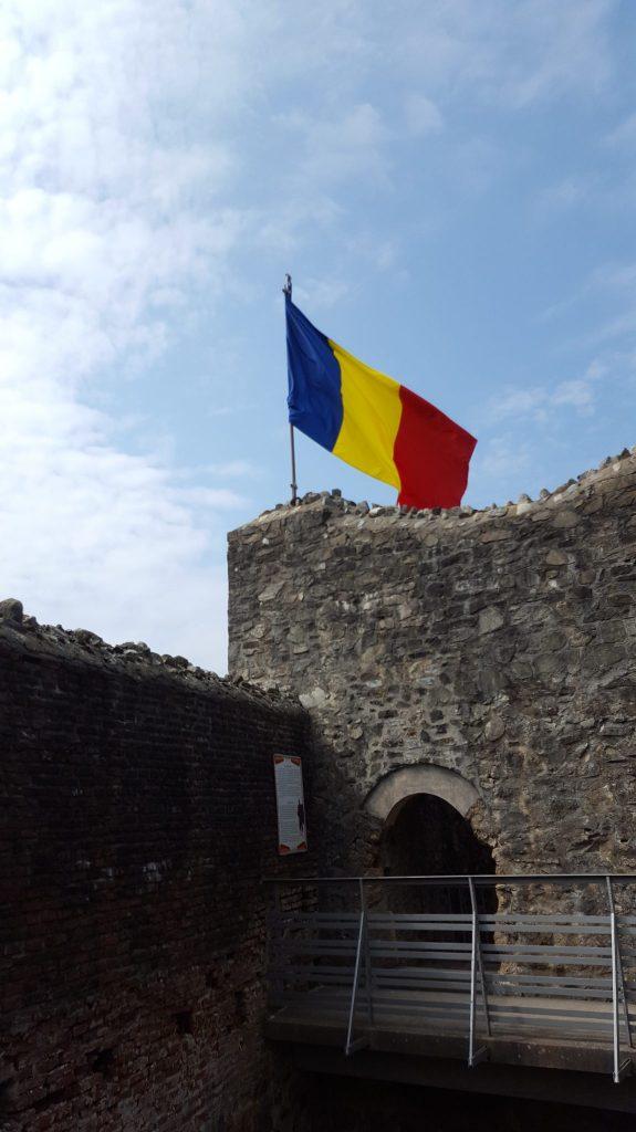 Steagul Romaniei arborat la Cetata Poenari
