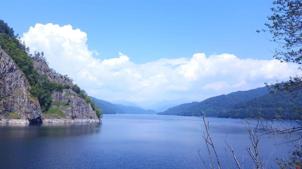 Vedere lacul Vidraru cu nori