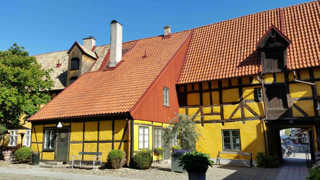 Malmo - central square - Lilla Torg - yellow house