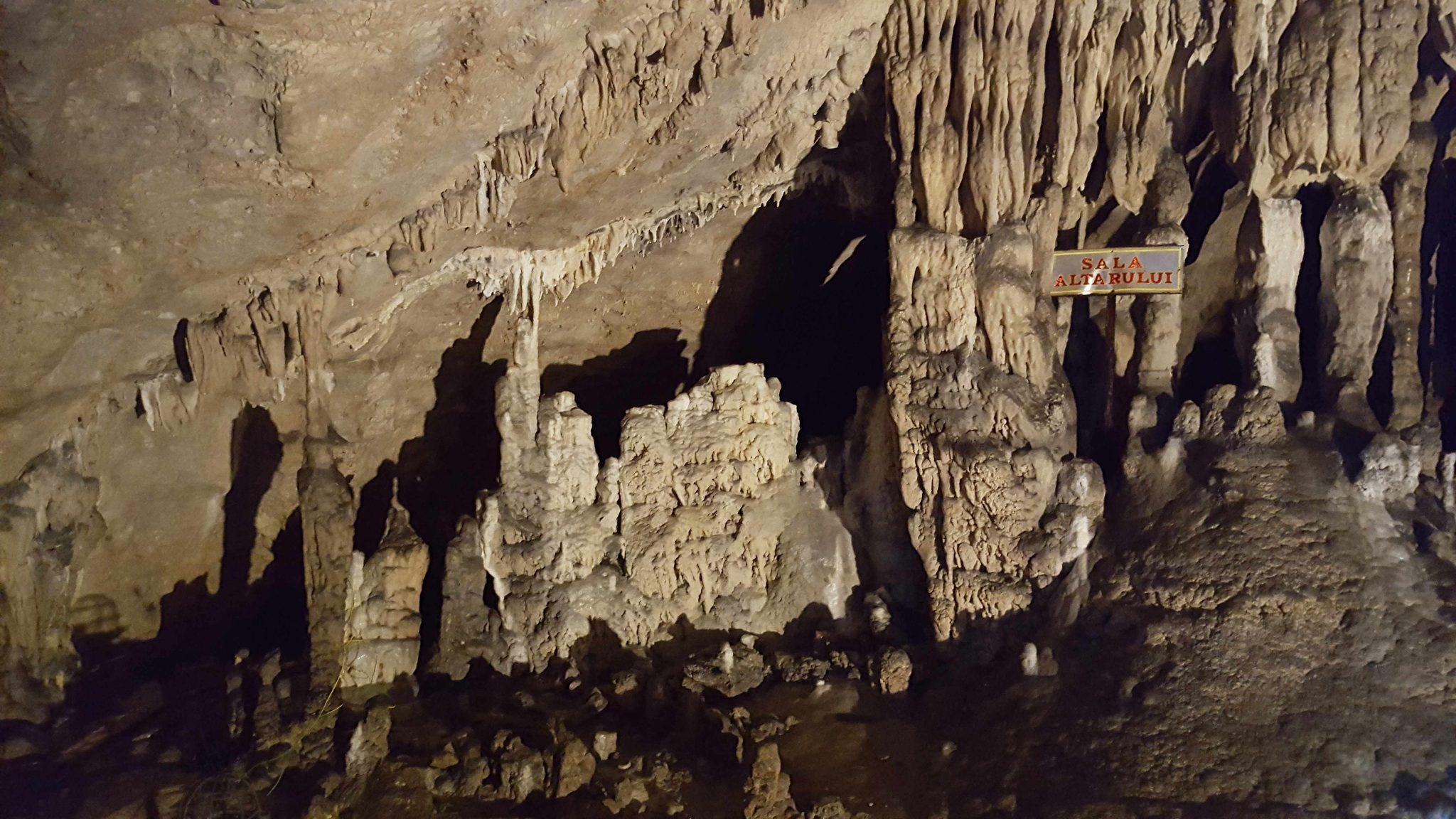 Sala Altarului Pestera Muierilor