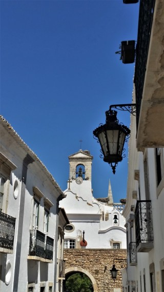 Faro old town gate with fado portuguese guitar / Excursie de o zi in FARO