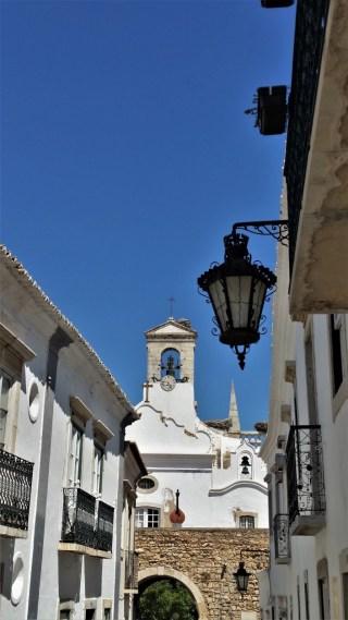 Faro old town gate with fado portuguese guitar / Excursie de o zi in FARO