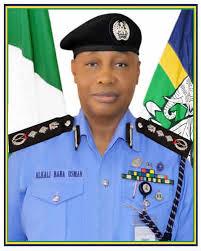 Vigilante Caught Nigeria Police Officers With Drugs, Multiple Stolen Items In Edo (VIDEO)