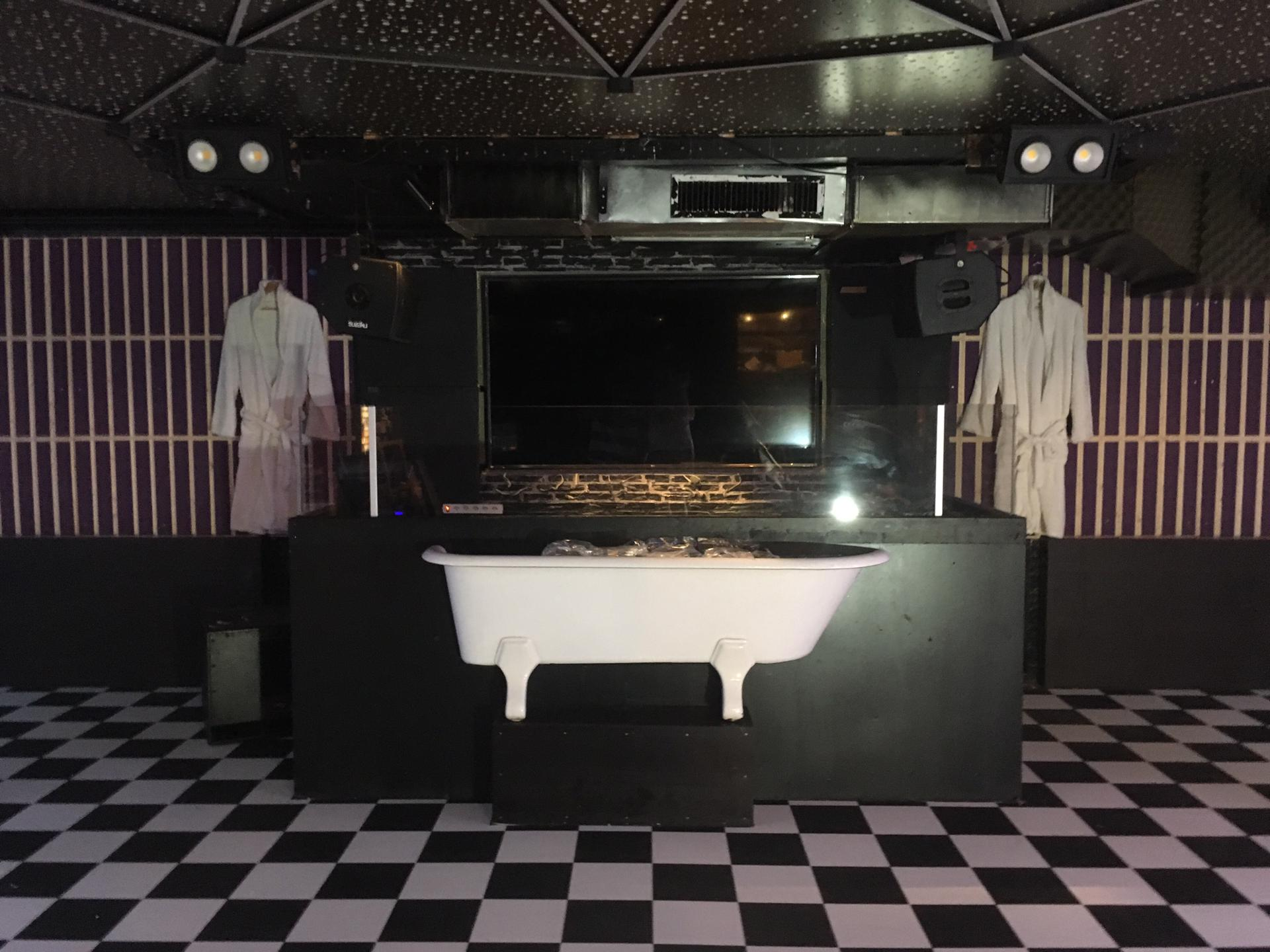 Intimate Clubbing Concept Bains Douches Begin Their