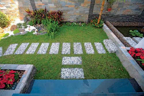 Giữ lại nhiều khoảng trống có đất hoặc bề mặt trồng cỏ giúp giảm bề mặt bêtông hóa, giảm bức xạ nhiệt, gia tăng yếu tố thổ, thêm độ ẩm cho sân vườn trong phố.