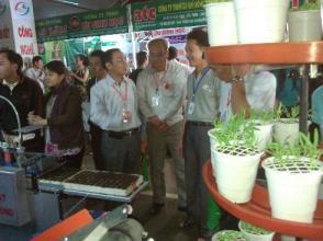 Anh Hồng Chương (bên phải) giới thiệu máy gieo hạt chân không tại một hội chợ