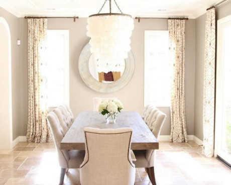 Những chiếc đèn chùm được làm từ gỗ mang lại phong vị mộc mạc, tạo điểm nhấn cho không gian thêm phần lãng mạn.