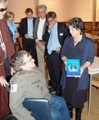 Overhandiging boek aan Staatssecretaris Marlies van Zanten door Jan Troost