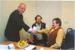 Overhandiging belastingbrochure 2005 aan voorzitter CG Raad