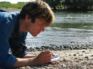 Jeroen Helmer aan het tekenen