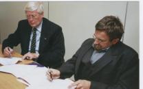 Hans Wiegel, ZN, en Jan Troost, CG Raad, tekenen convenant.