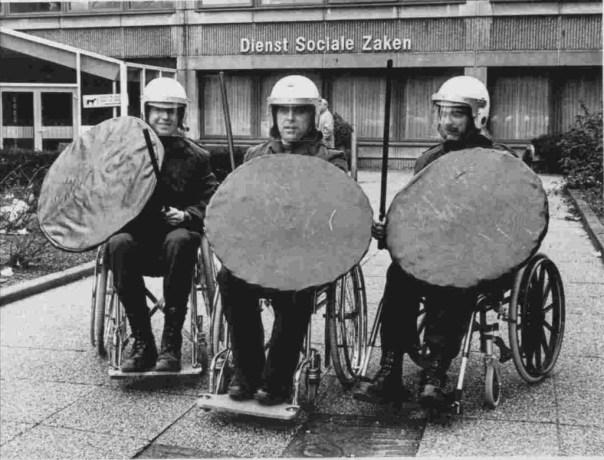 Foto jan van Teeffelen voor het oude politiebureau inclusief aangepast toilet.