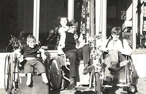 foto jan en harry in het zonnetje voor de kinderrevalidatie