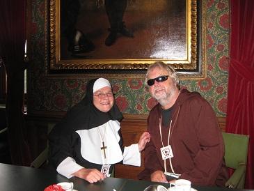 Zuster Margaretha en Broeder Tuck in Den Haag (foto Charlie Loos)