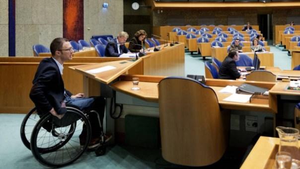 Otwin van Dijk (PvdA) achter het in hoogte verstelbare spreek gestoelte