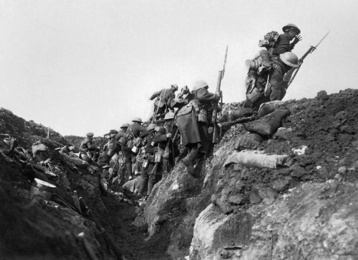 foto eerste wereldoorlog engelse ssoldaten komen uit de loopgraaf