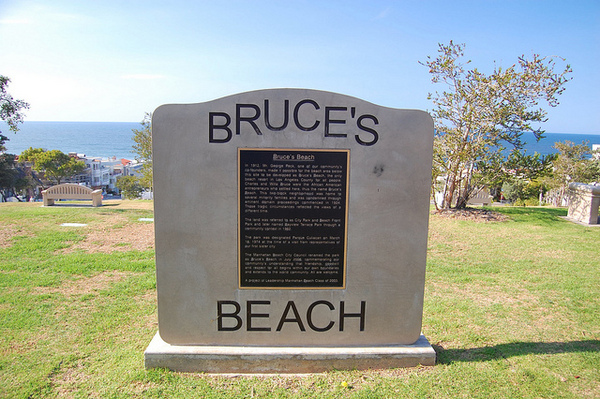 Plaque commemorating Bruce's Beach in Manhattan Beach | Photo: Pete Morris/Flickr/Creative Commons