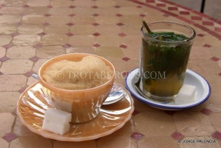 TÉ Y CAFÉ CON LECHE CON MUCHA ESPUMA EN EL RESTAURANTE TIMZZILLITE