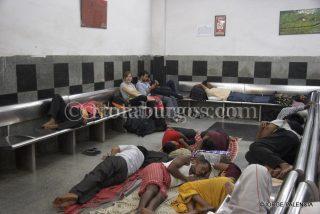 BEATRIZ ESPERANDO EN LA SALA DE ESPERA SLEEPER CLASS EN LA ESTACIÓN DE TRENES NEW DELHI EN DELHI