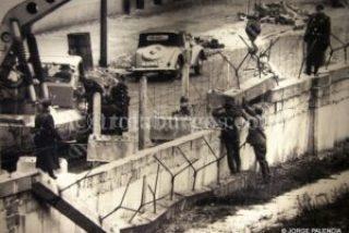 FOTOGRAFÍA ANTIGUA DEL LEVANTAMIENTO DEL MURO DE BERLÍN