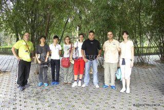 FOTO DE GRUPO CON EL CUIDADOR DEL ZOO DE MADRID Y ALGÚN MIEMBRO DE LA DELEGACIÓN CHINA EN EL PARQUE DE LOS OSOS PANDAS EN CHENGDU