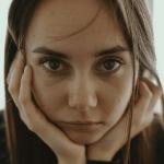 臉水腫怎麼辦?告別水腫臉!7大原因+消水腫穴道按摩一次告訴你!