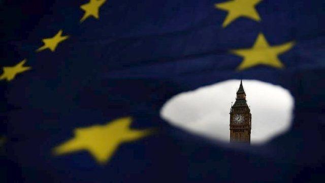 Brexit:Σε μέγγενη πιέσεων η Μέι για να τροποποιήσει τη συμφωνία με την ΕΕ