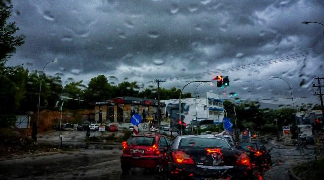 Πολύ άστατος καιρός με ισχυρές βροχές τη Δευτέρα