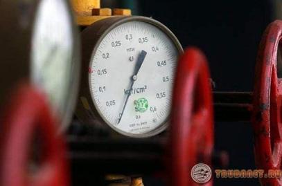 Фото: Манометр показывает давление в трубе во время гидроиспытания